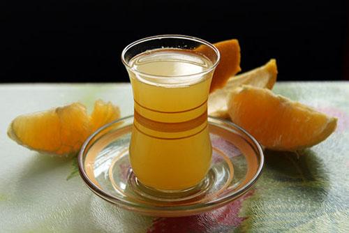 Zumo de naranja calentito con miel