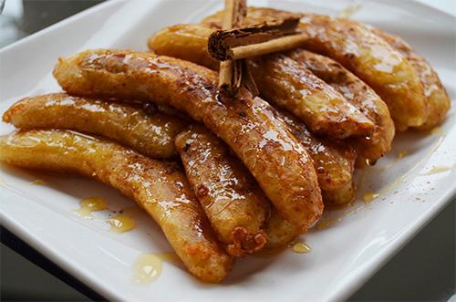 Plátano frito con zumo de naranja y canela